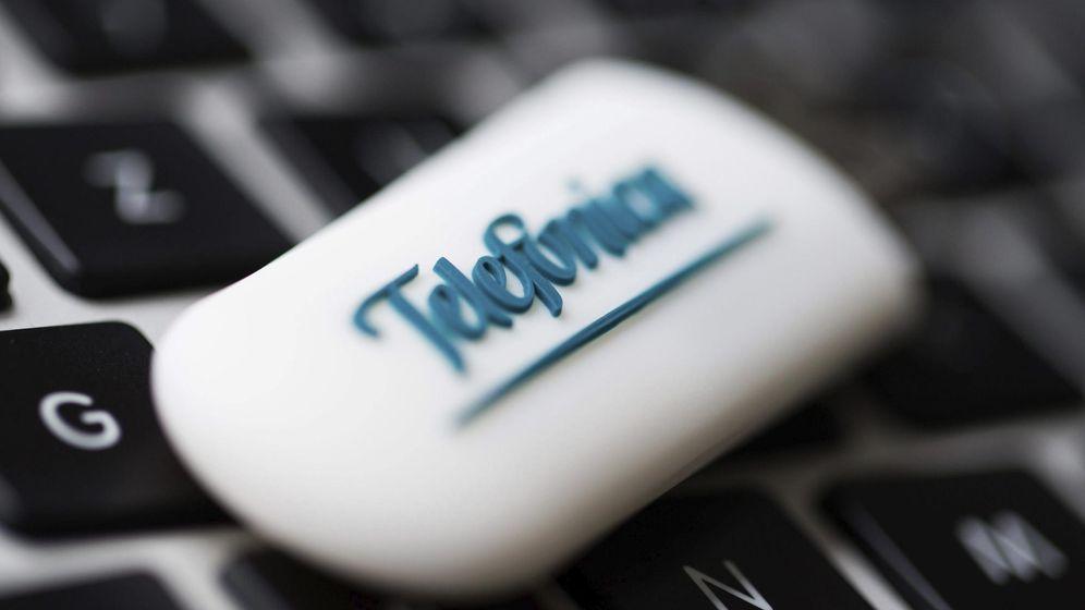 Foto: Detalle de una memoria USB con el logotipo de Telefónica. (EFE)