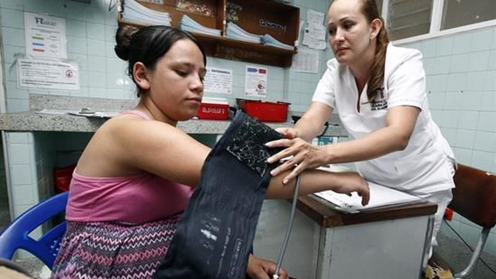 Foto: Una enfermera atiende a una paciente con síntomas de zika. (Efe)