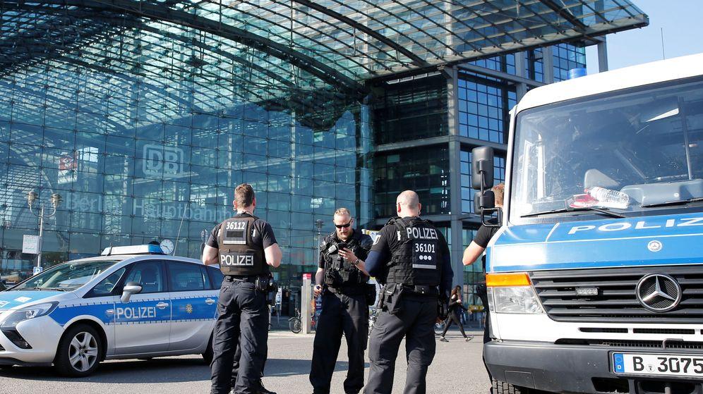 Foto: La policía frente a la estación central de Berlín, que ha sido cerrada. (Reuters)