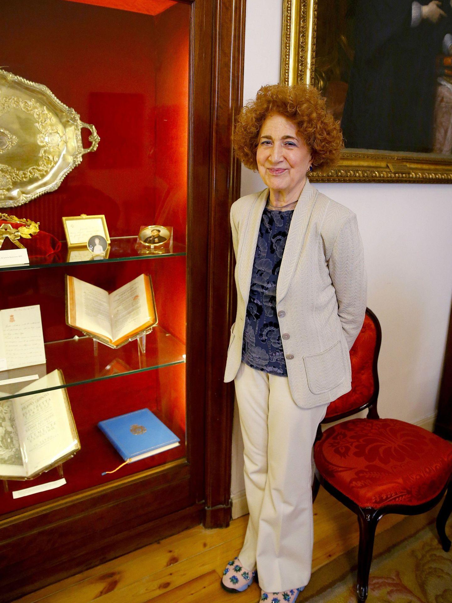 Carmen Iglesias, junto a una vitrina con documentos de la RAH. (EFE)
