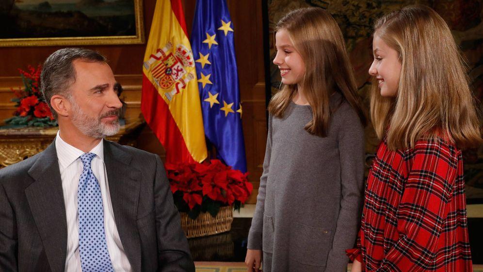 Foto: El Rey mira orgulloso a sus dos hijas. (Casa Real)