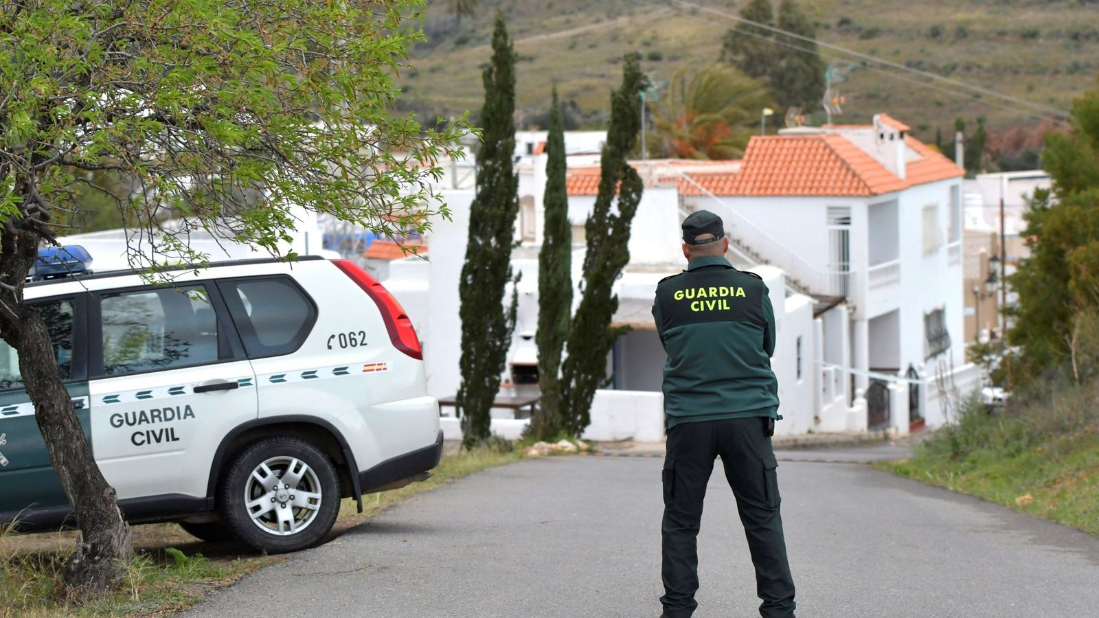 Foto: Un agente de la Guardia Civil hace guardia en la zona donde desapareció Gabriel Cruz. (EFE)