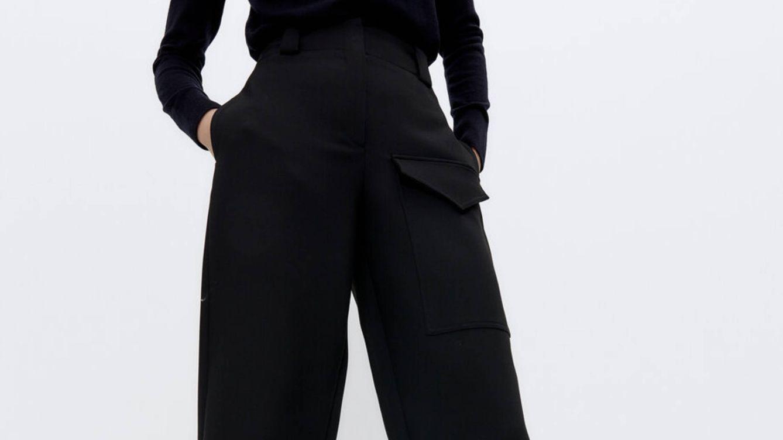 Este pantalón 'baggy' de color negro de Uterqüe hace efecto de una talla menos