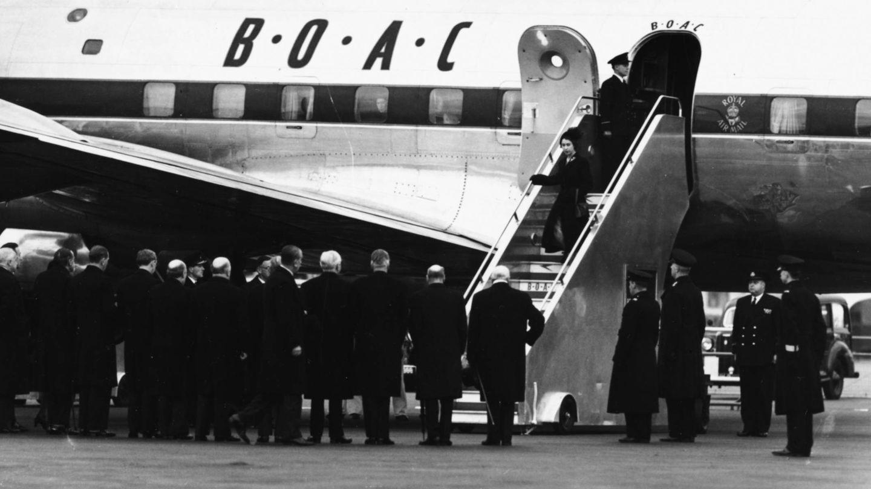 La reina Isabel baja sola del avión tras enterarse de la muerte de su padre en Kenia. (Getty)