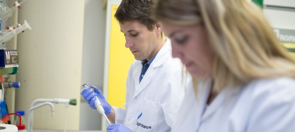 Foto: Empleados de la biotecnológica española Iproteos (Fotografía: Iproteos).