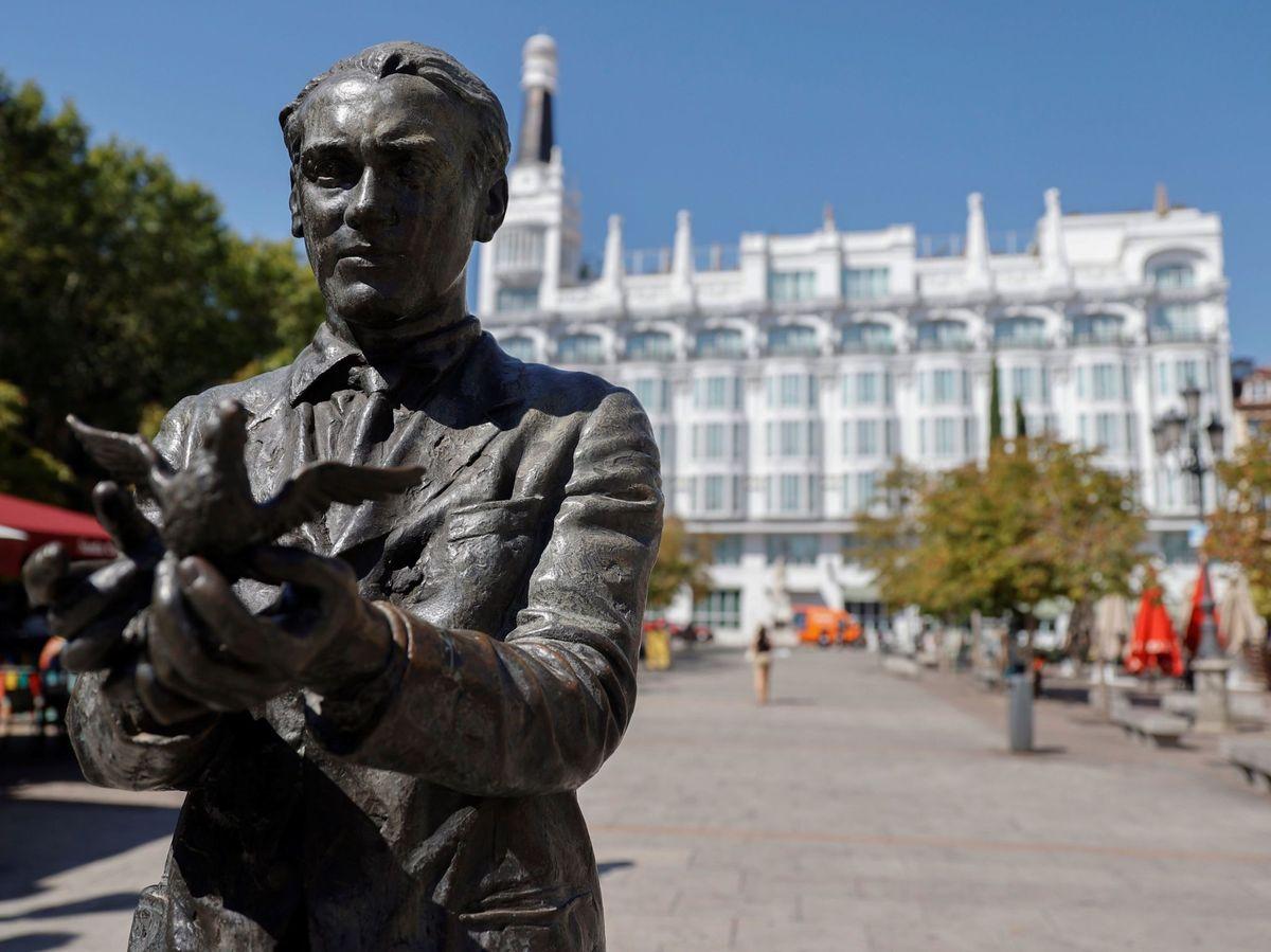 Foto: Estatua del poeta en la madrileña plaza de Santa Ana. (EFE)