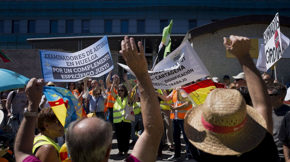 Foto: Protestas de los examinadores frente a la sede de la DGT. (EFE)