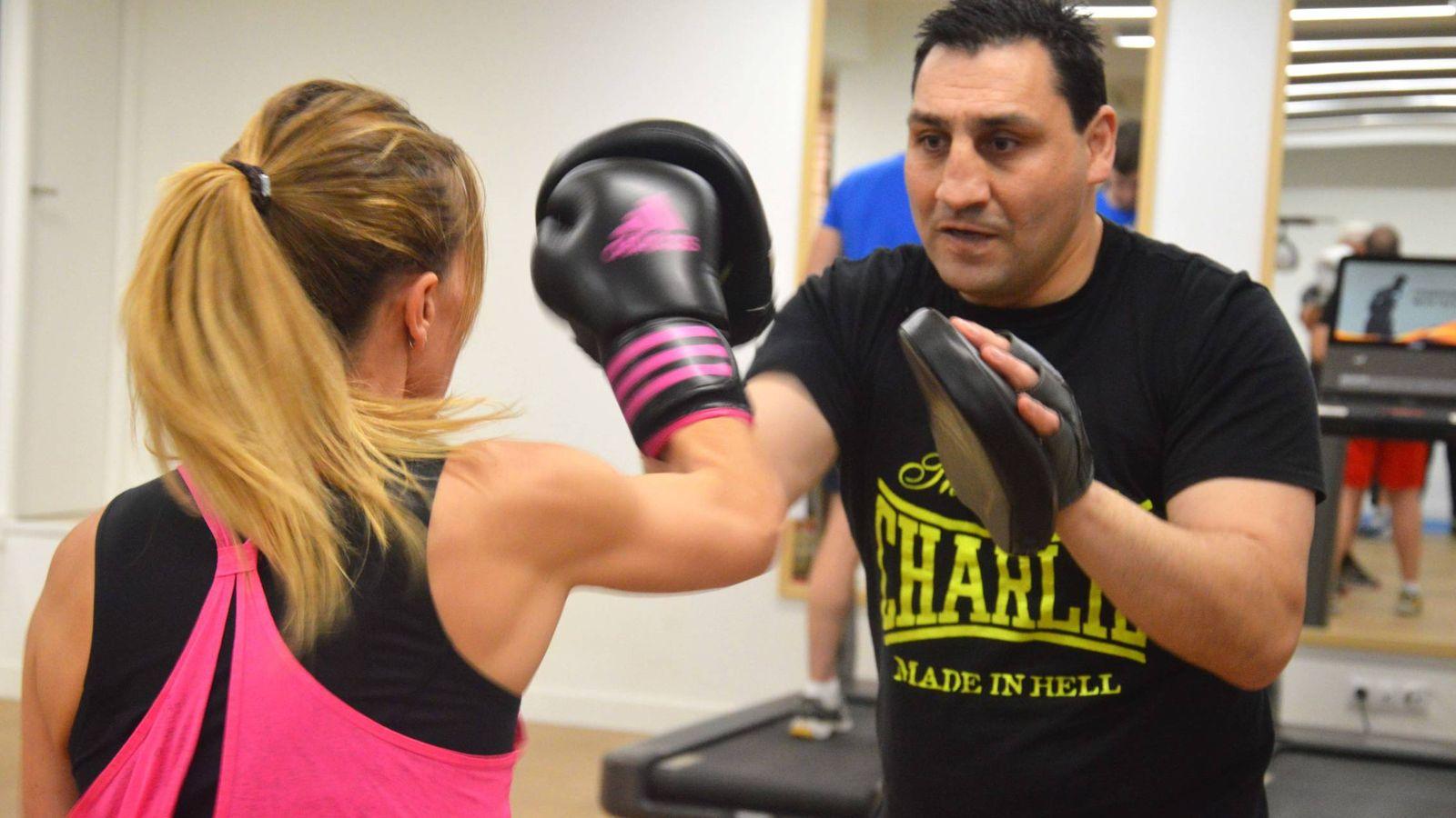 Foto: En la imagen, Alejandro Lakatus con una alumna.