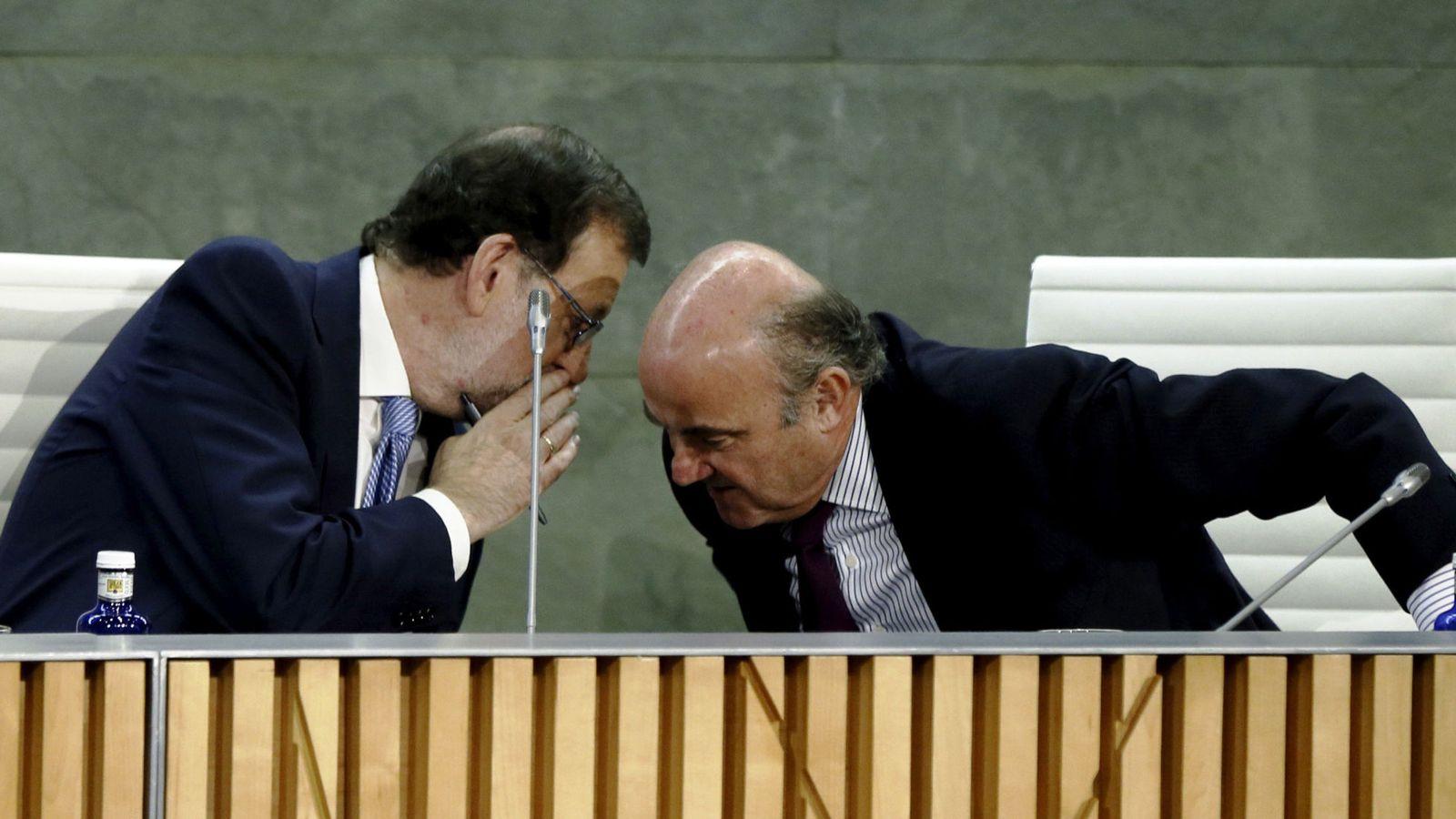 Foto: El presidente del Gobierno, Mariano Rajoy (i), conversa con el ministro de Economía, Luis de Guindos. (EFE)