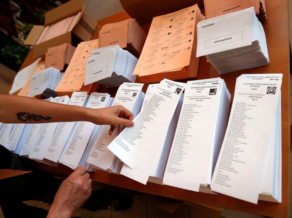 Foto: Un votante selecciona una papeleta en un colegio electoral de Madrid en las pasadas generales del 26 de junio. (Reuters)