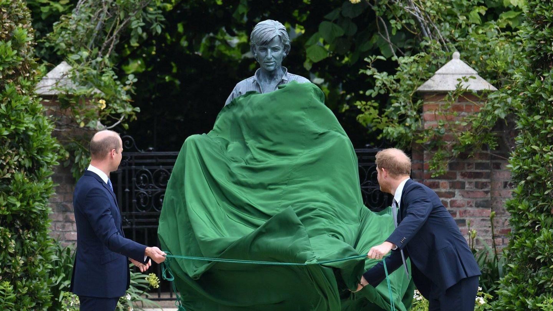 Guillermo y Harry, descubriendo la estatua de Diana. (PA)