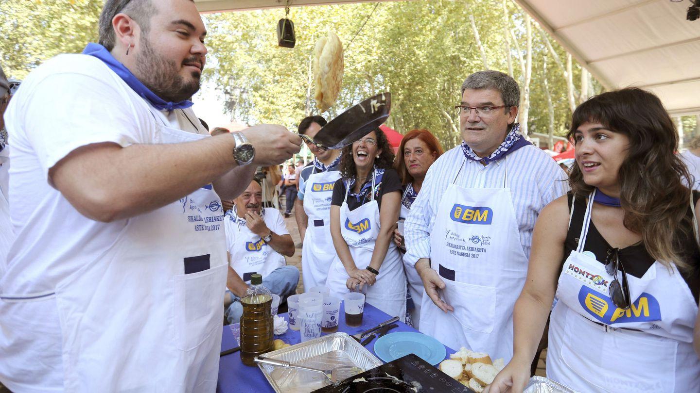 Juan Mari Aburto, con gafas, participa en el concurso de tortillas con motivo de las fiestas. (EFE)