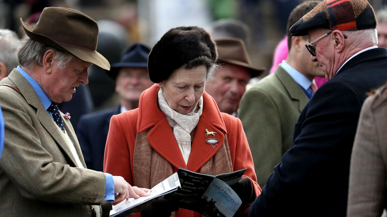 La princesa Ana y el exmarido de Camilla, juntos en el Cheltenham Festival. (Reuters)