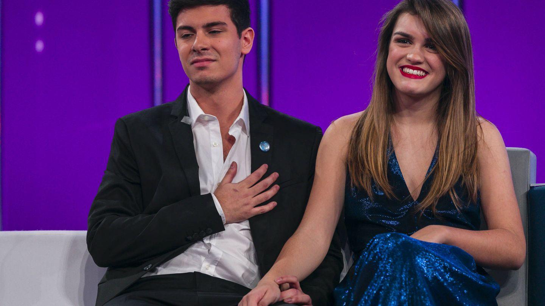Amaia con el vestido azul de Dolores Promesas en la gala de despedida de la edición junto a Alfred. (Gtres)