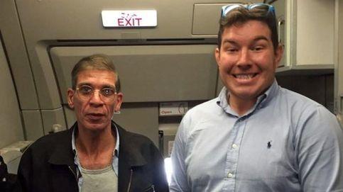Un rehén se hace una foto con el secuestrador del avión de EgyptAir
