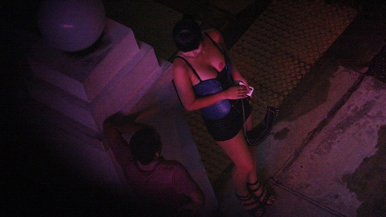Foto: Una prostituta charla con un hombre a las puertas de un hotel del distrito de Geylang, en Singapur. (Reuters)