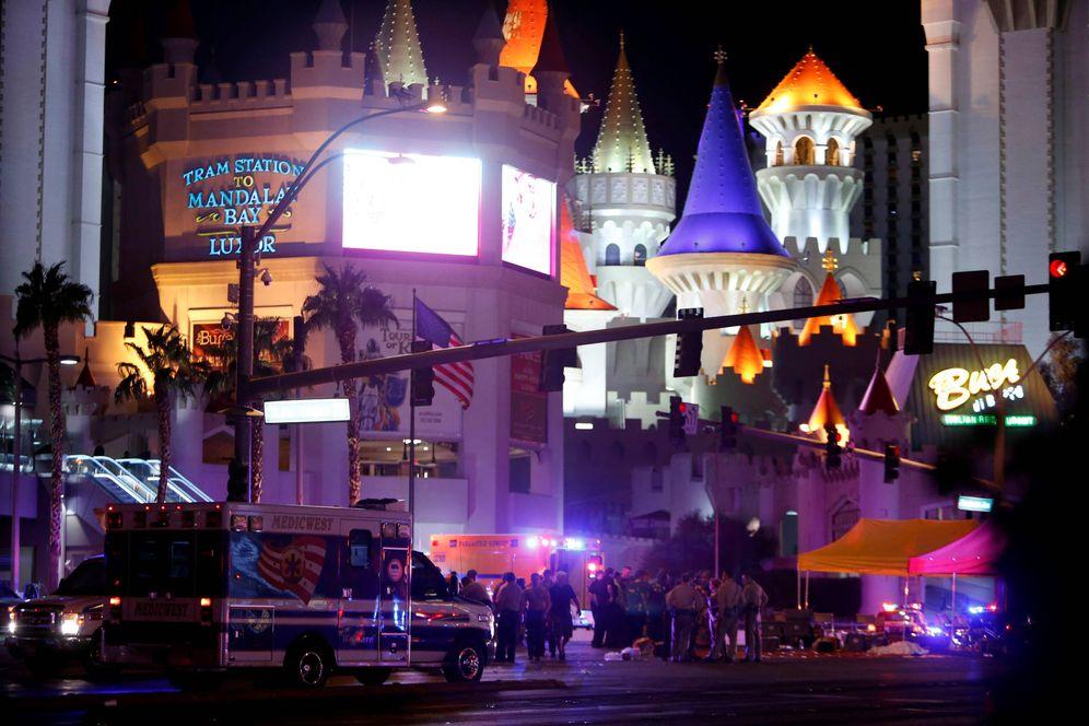 Foto: Policías y personal médico trabajan en la intersección entre la Avenida Tropicana y el Bulevar Sur Las Vegas donde tuvo lugar el tiroteo, el 1 de octubre de 2017. (Reuters)
