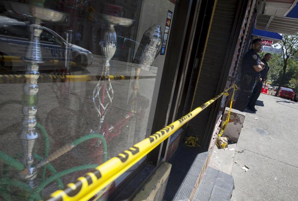 Foto: Agentes de la Policía de Nueva York a las puertas de una Smoke shop, una tienda de productos relacionados con el cannabis (Reuters).