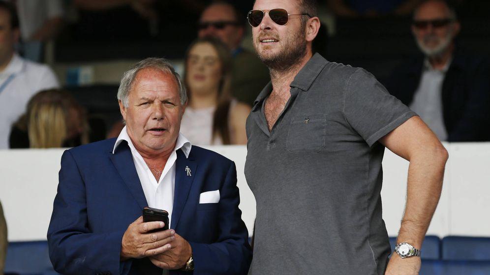 Foto: Darragh Mac Anthony (derecha) en el palco durante un partido entre el Peterborough United y el Tottenham Hotspur. REUTERS