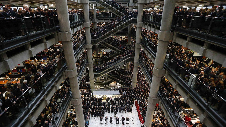 Foto: Personal de Lloyd's of London en el edificio de la compañía ubicado en La City londinense, en una imagen de noviembre de 2014 (Reuters).