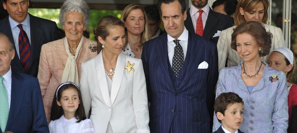 Foto: La infanta Elena junto a su exmarido y Concepción Sáenz de Tejada en mayo de 2009 en la Comunión de Victoria Federica. (I.C.)