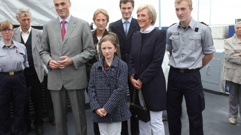 El príncipe Joaquín de Bélgica (derecha), junto a sus padres y sus hermanos el día de su graduación. (Getty)