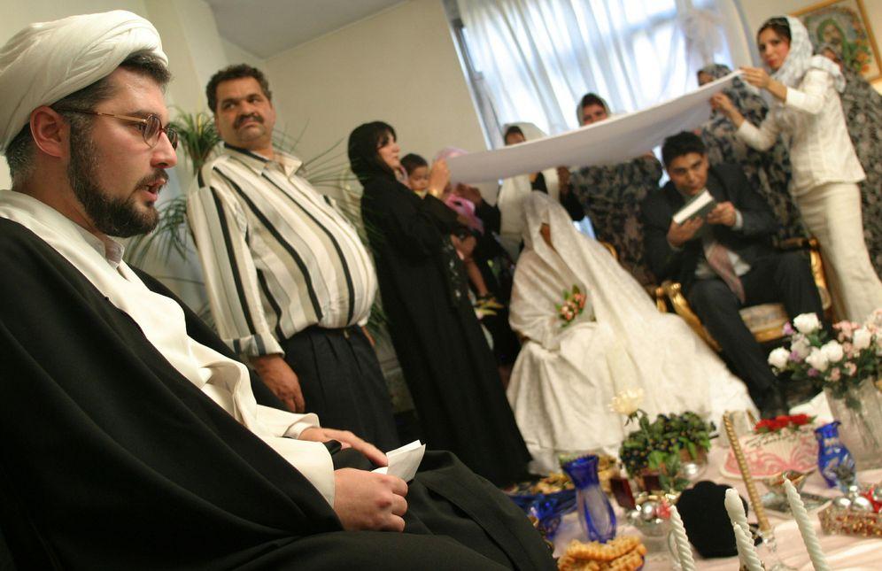 Foto: Un clérigo iraní oficia una boda en Teherán en 2005. (Reuters)