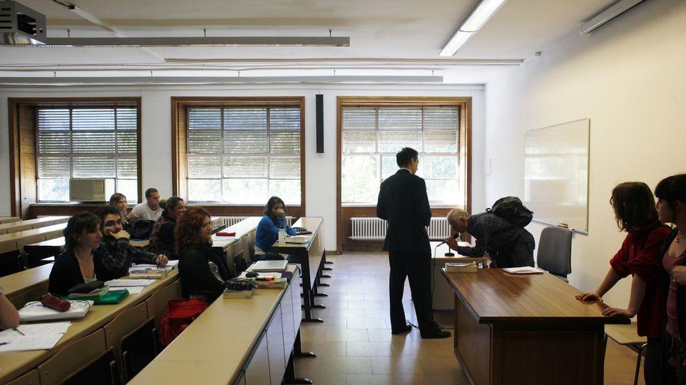Foto: Un profesor titular durante una clase en la Universidad Complutense de Madrid. (EFE)