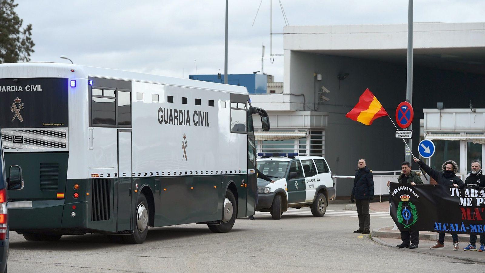 "Foto: Llegada del autobús de la Guardia Civil a la cárcel de Alcalá-Meco con las presas del ""procés"". (EFE)"