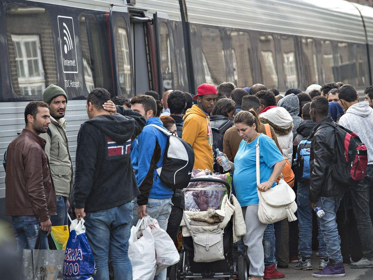 Foto: Refugiados toman un tren de Dinamarca hacia Suecia - Archivo. (EFE)