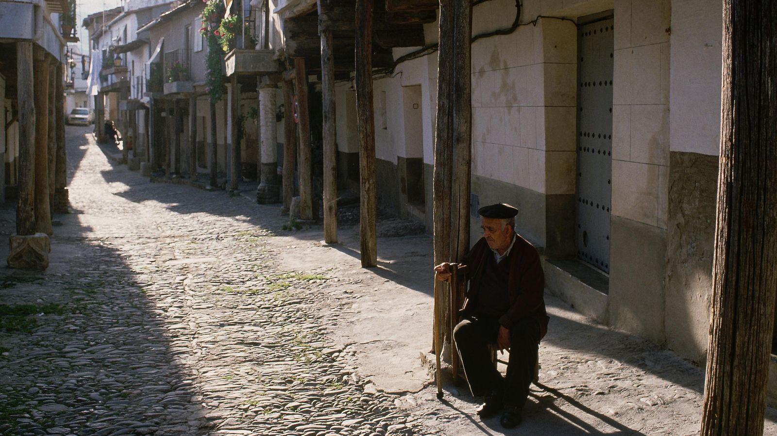 Foto: Podemos aprender mucho de nuestros mayores... pero no siempre deberíamos hacerles caso. (Corbis)