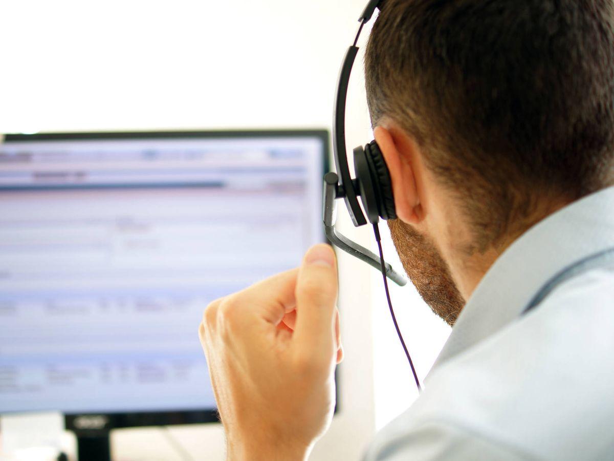 Foto: Un trabajador encargado de prestar atención telefónica. (iStock)