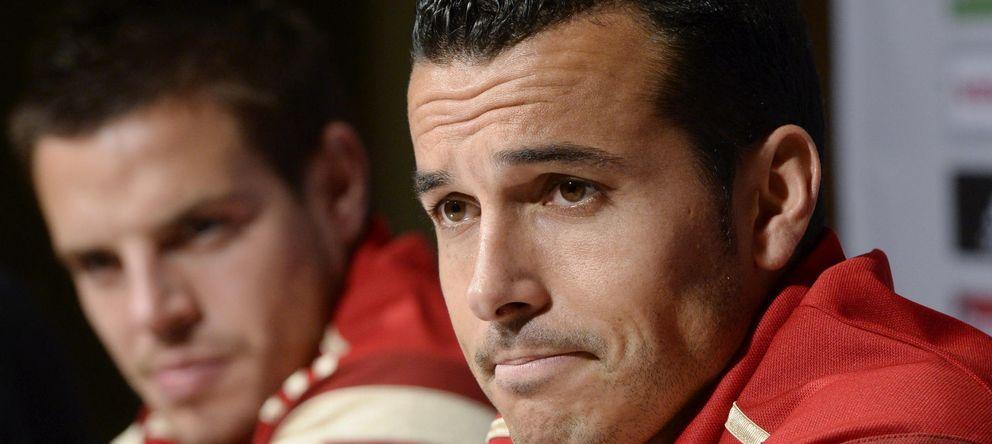 Foto: Pedro, junto a Azpilicueta, durante la rueda de prensa (Efe).