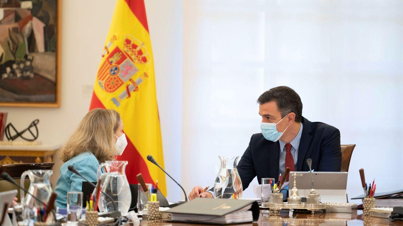 Foto: Pedro Sánchez y Nadia Calviño, durante un Consejo de Ministros. (EFE)