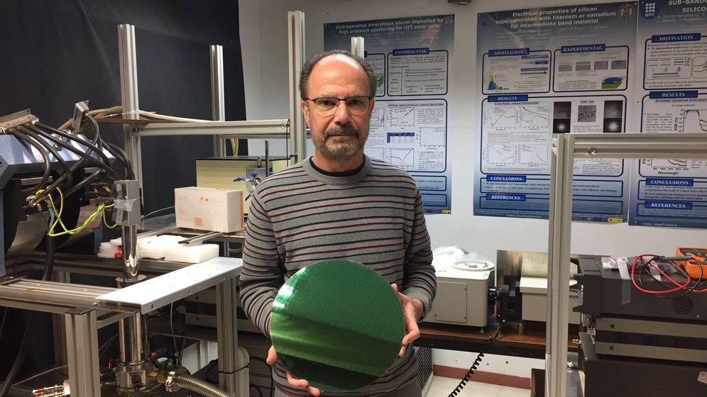 Foto: Ignacio Mártil con una oblea de silicio en uno de los laboratorios (Antonio Villarreal)