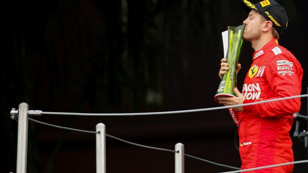 Foto: Sebastian Vettel, en el podio del pasado Gran Premio de México, donde logró la segunda posición (EFE)