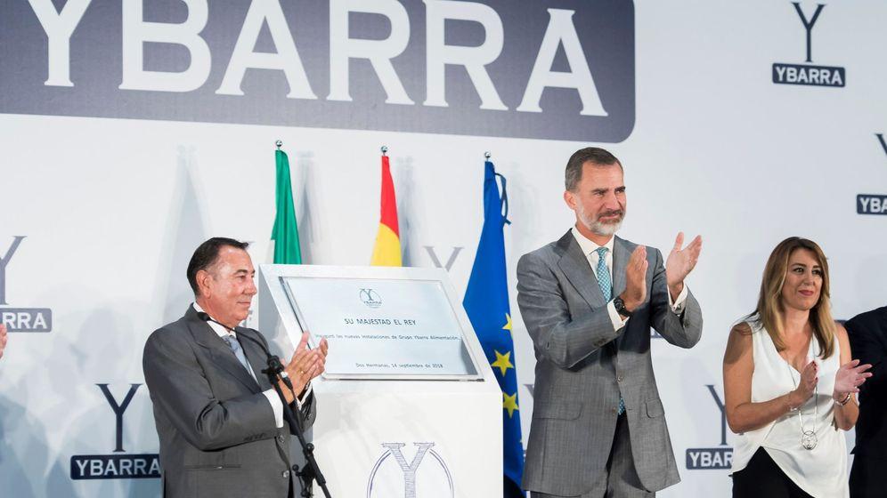 Foto: El rey Felipe VI, junto al presidente de Ybarra, Antonio Gallego, y la presidenta andaluza, Susana Díaz. (EFE)