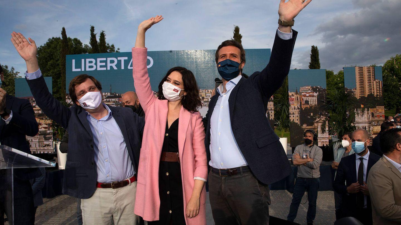 Martínez-Almeida (i), Ayuso y Casado durante un acto del PP en Móstoles, Madrid. (Getty)