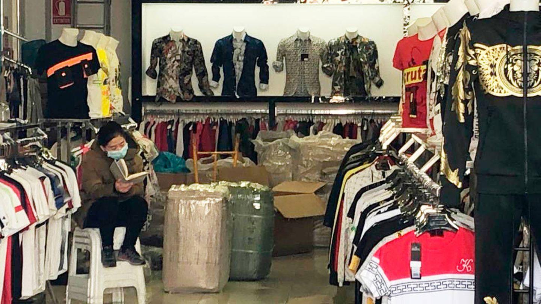 Una comerciante, en su almacén de Cobo Calleja. (A. V.)