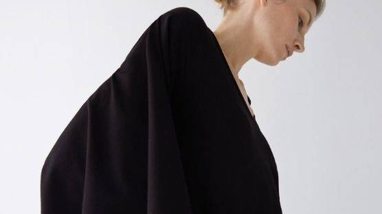 La camiseta negra con la que triunfarás está en Uterqüe y revoluciona una tendencia,  ¿adivinas cuál?