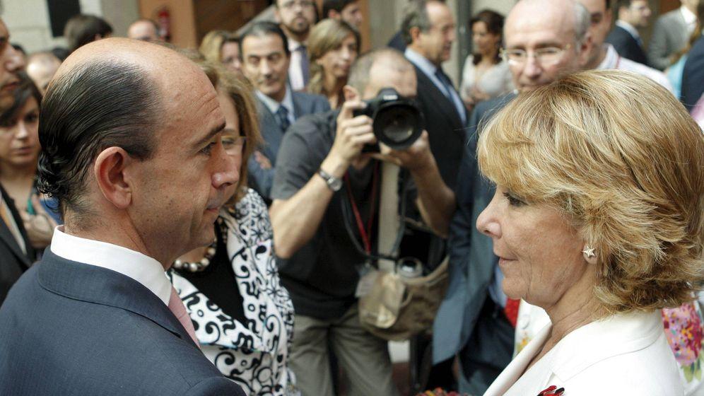 Foto: La expresidenta de la Comunidad de Madrid Esperanza Aguirre conversa con el exconsejero de Sanidad Manuel Lamela. (EFE)