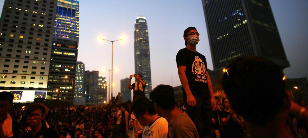 Foto: Manifestantes del movimiento Occupy Central bloquean el distrito financiero de Hong Kong este lunes (Reuters).