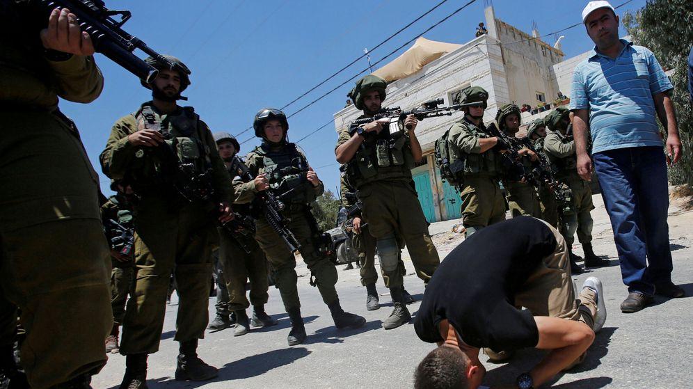 Foto: Manifestante palestino reza durante las protestas contra la construcción de un edificio militar al sur de Hebrón. (Reuters)