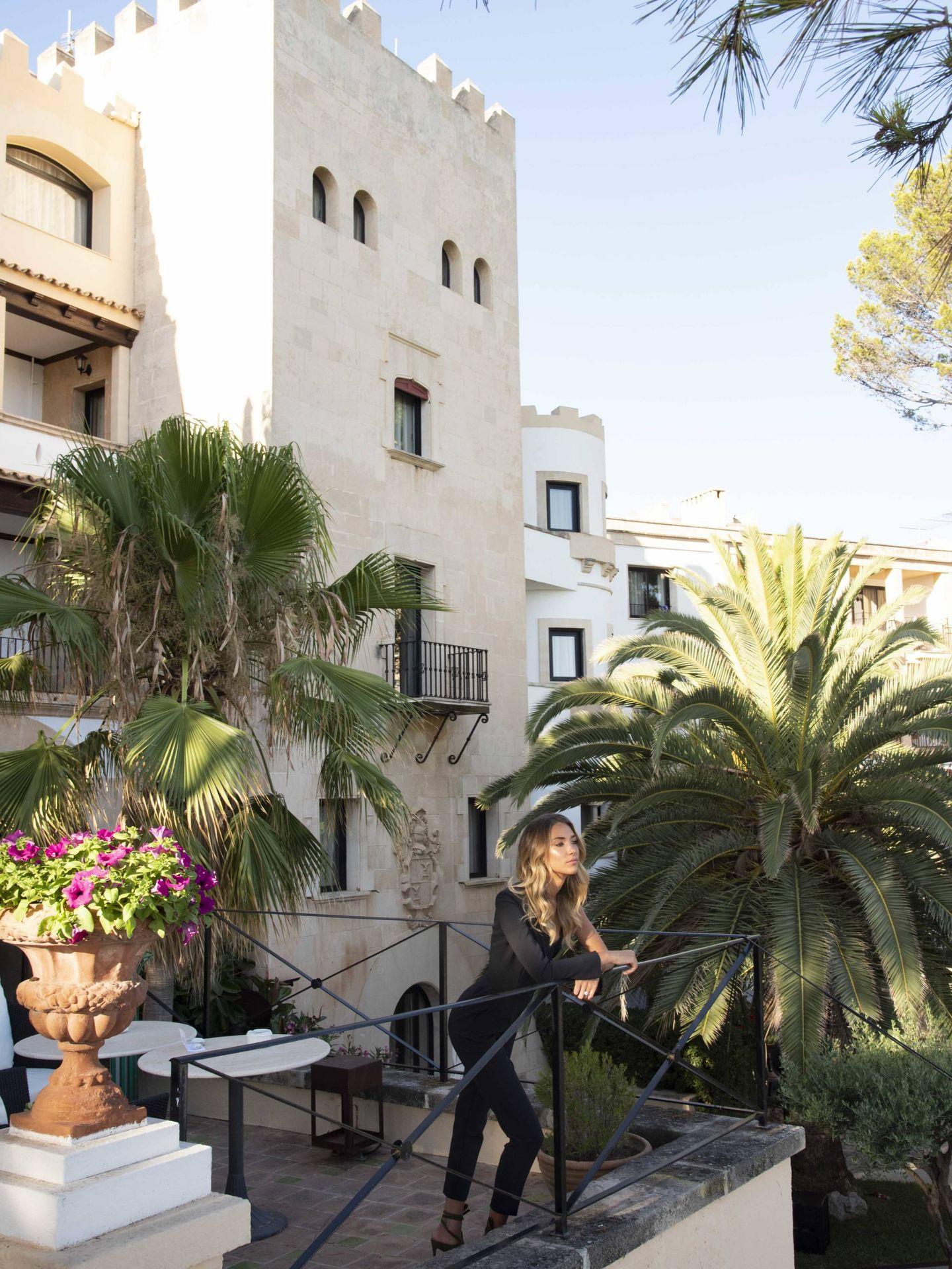 Alice Campello posando delante de una de las torres del palacete. (Cortesía)
