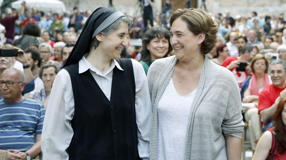 Foto: Teresa Forcades y Ada Colau, en un acto de campaña electoral. (EFE)