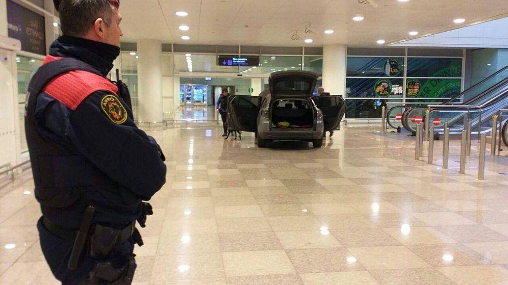 Foto: Vehículo dentro de la T1 de Barcelona. (Mossos)