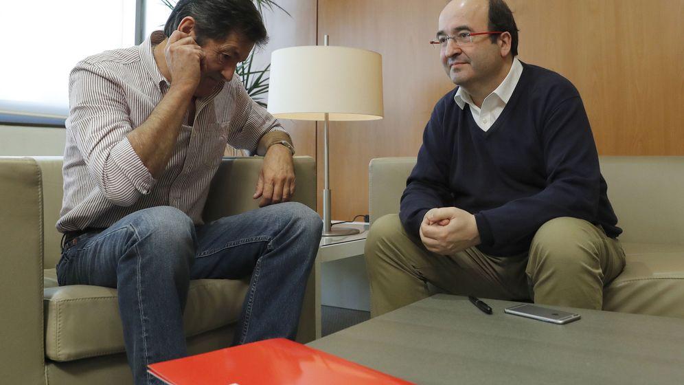 Foto: Javier Fernández y Miquel Iceta, al comienzo de su reunión, este 14 de noviembre en Ferraz. (EFE)