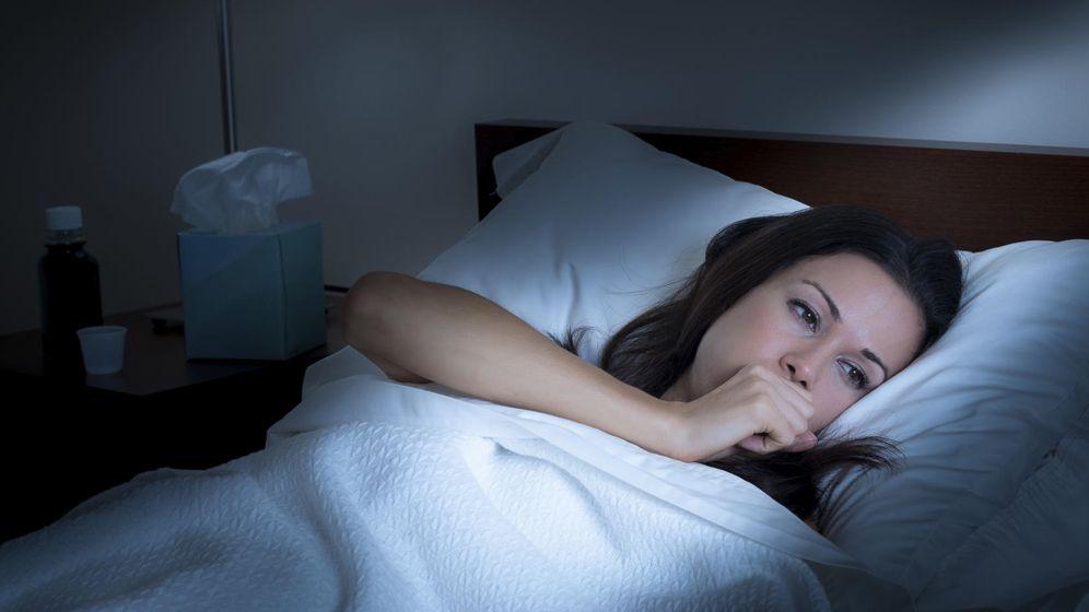 Foto: Es desesperante no poder dormir por culpa de la tos. Acaba con ella. (iStock)