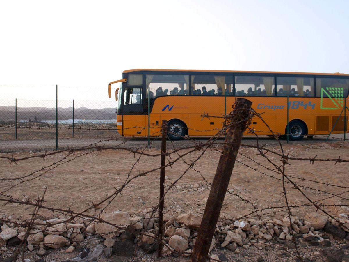 Foto: Traslado de inmigrantes a un CIE en Fuerteventura. (EFE)