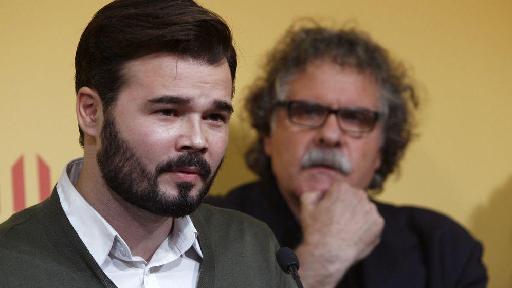 Foto: Gabriel Rufián (i), junto a Joan Tardà (d), tras ser elegido como cabeza de lista de ERC. (EFE)